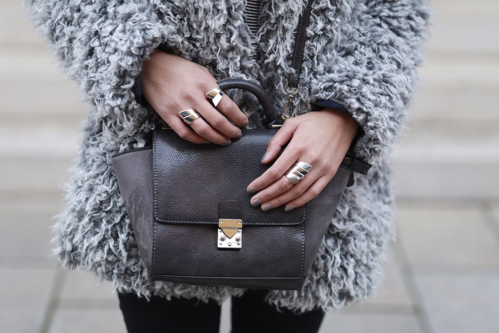 FAKEFUR-FELL-GRAU-STYLE-LOOK-CASUAL-SKINNYJEANS-DIANABUENGER-HALLHUBER-OUTFITPOST-LOOK-BLOGGER-FASHIONBLOG-MODEBLOG-MUENCHEN-MUNICH-5
