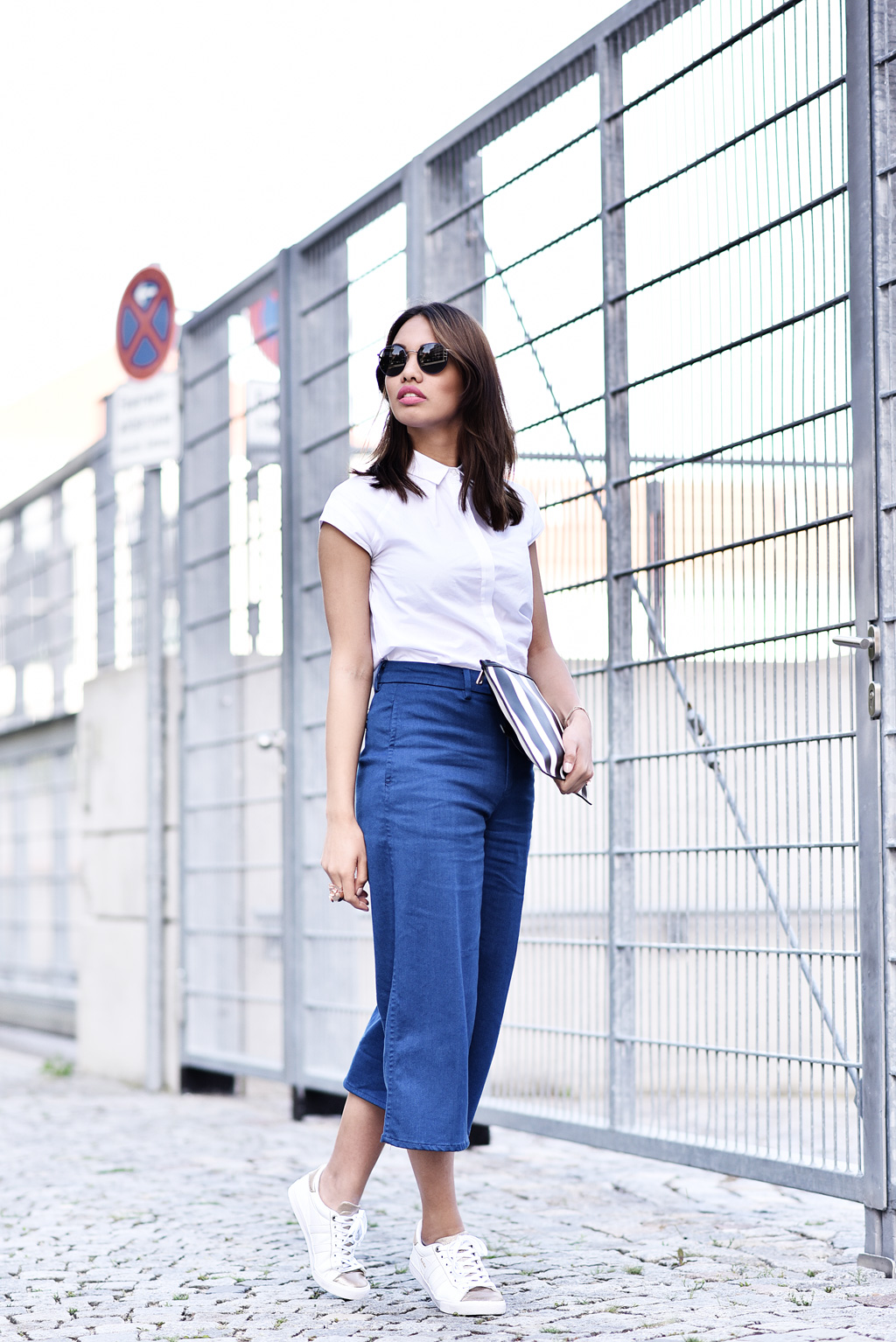 thefashionanarchy_modeblog_fashionblog_styleblog_blogger_culotte_denim_jeans_crop_top_bluse_weiss_outfit_look_gola_sneaker_1