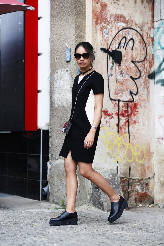 thefashionanarchy_fashionblog_modeblog_styleblog_outfit_look_inspiration_andotherstories_karllagerfeld_tasche_schwarz_kleid_grauehaare_munich_muenchen_fashionweeK_mbfw_berlin_streetstyle_3