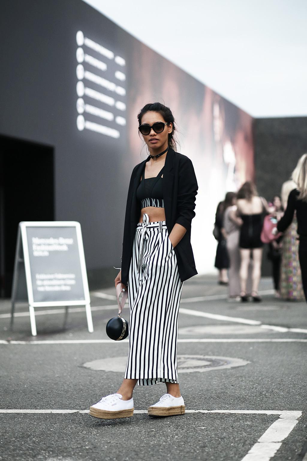 thefashionanarchy_blogger_fashionblogger_modeblog_styleblog_fashionblog_mbfw_berlin_fashionweek_outfit_look_culotte_streifen_sportsbra_superga_muenchen_munich_grannyhair_3