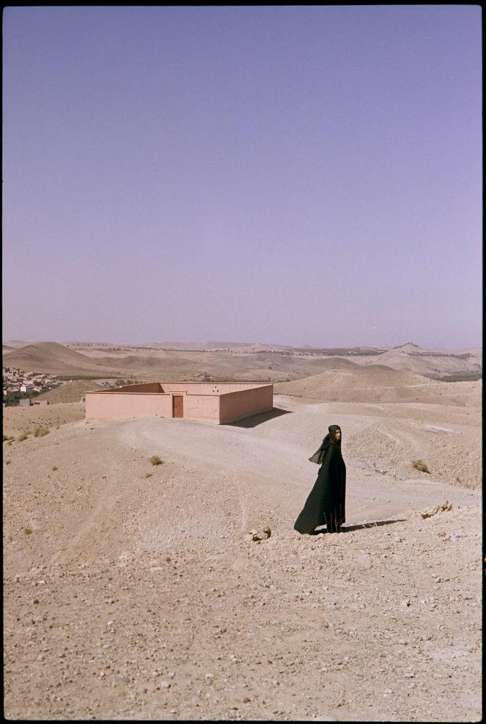 Diana vor einem traditionellem Gebäude bei Lalla Takerkourst in Marokko