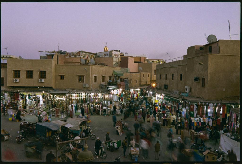 Marktplatz vor dem Souk in Marrakech Marokko
